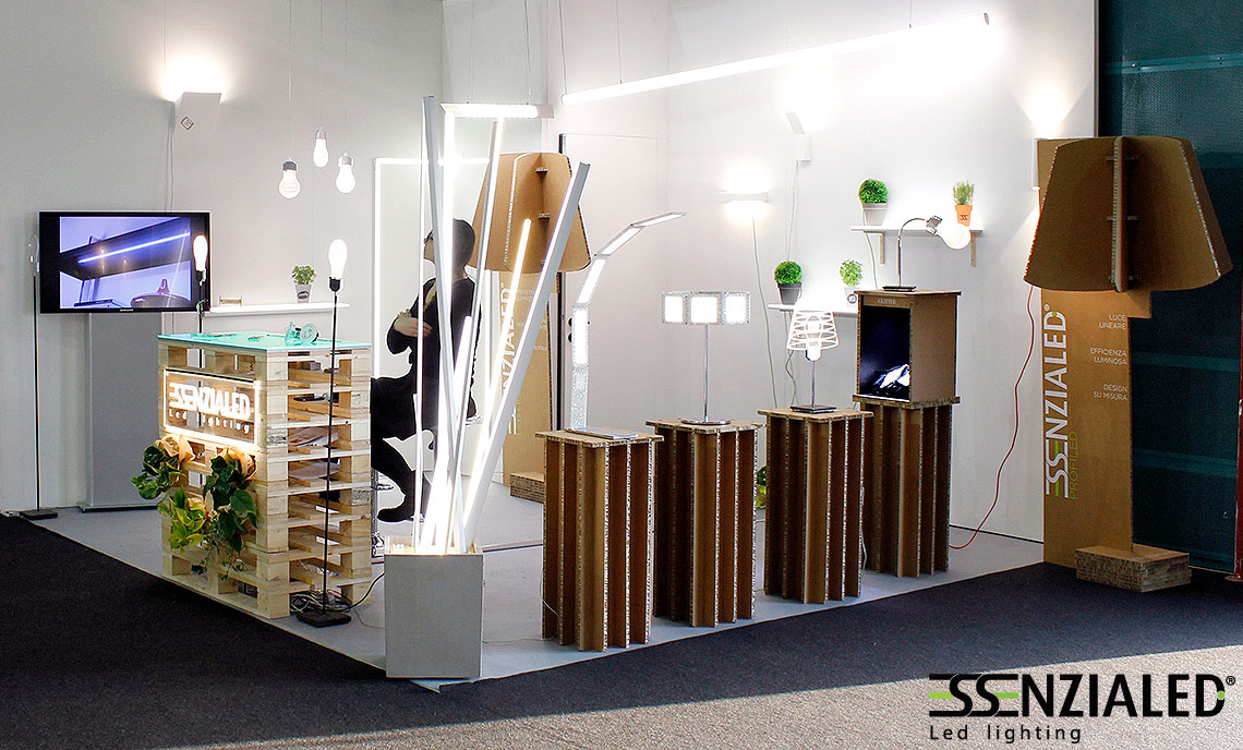 Stand salone mobile lampade led essenzialed illuminazione a