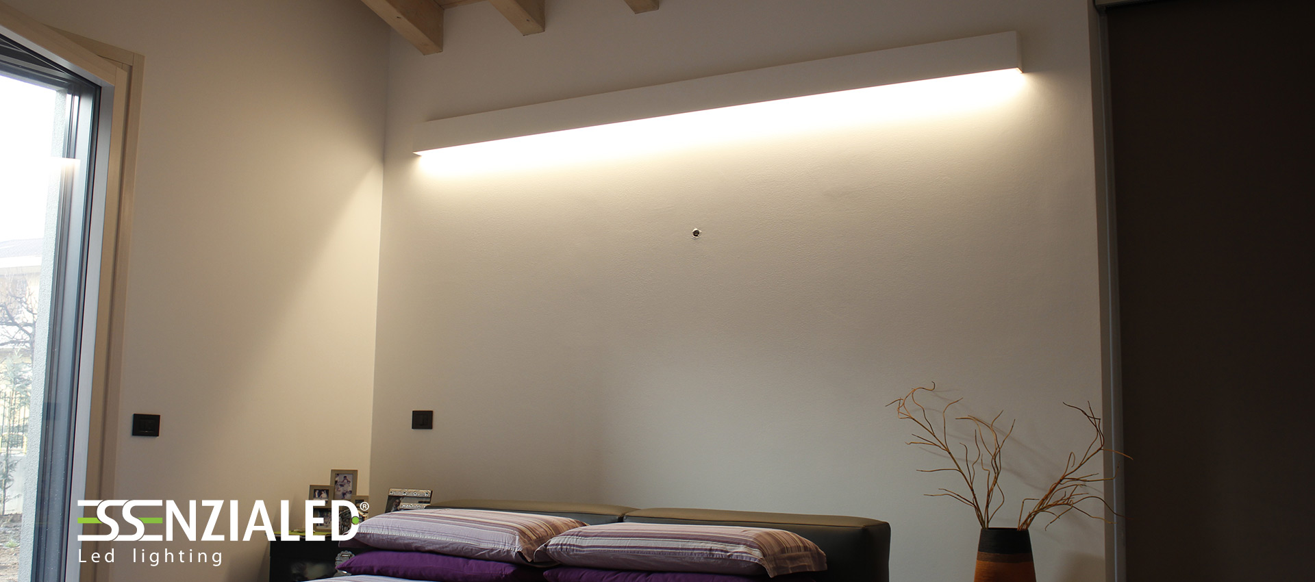Righello lampada a parete led prodotta su misura madeinitalyessenzialed illuminazione a led for Illuminazione camera letto