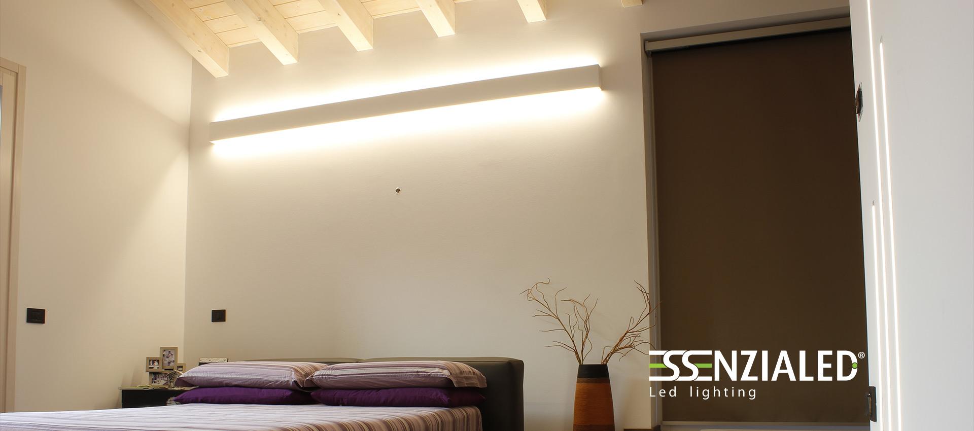 Righello lampada a parete led prodotta su misura - Camera da letto con travi in legno ...